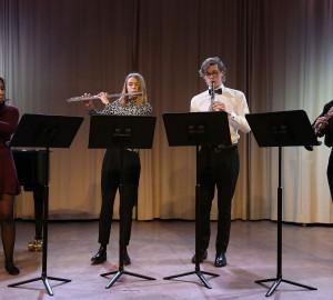 En ensemble med fyra deltagare som spelar blåsinstrument.