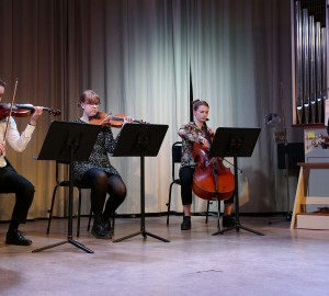 En kvartett spelar klassisk musik.