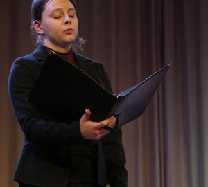 En deltagare sjunger