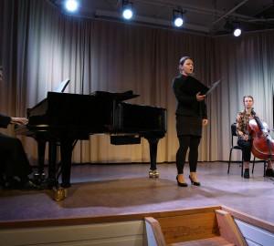 En kammarmusikensemble med piano, sång och cello.