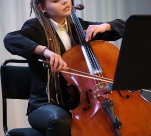 En deltagare spelar cello.