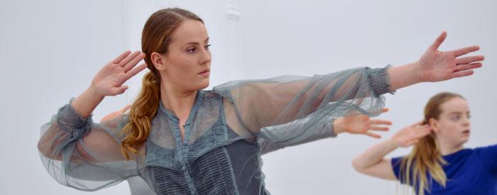 Signe vid en dansföreställning på Örebro konsthall