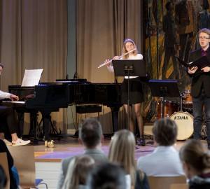 En klassisk ensemble på aulans scen.