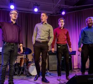 Fyra deltagare från klassiska inriktningen sjunger.