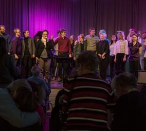 Alla som spelat under konserten samlas på scen för att tackas av.