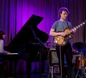 En pianist, en gitarrist och en trummis.