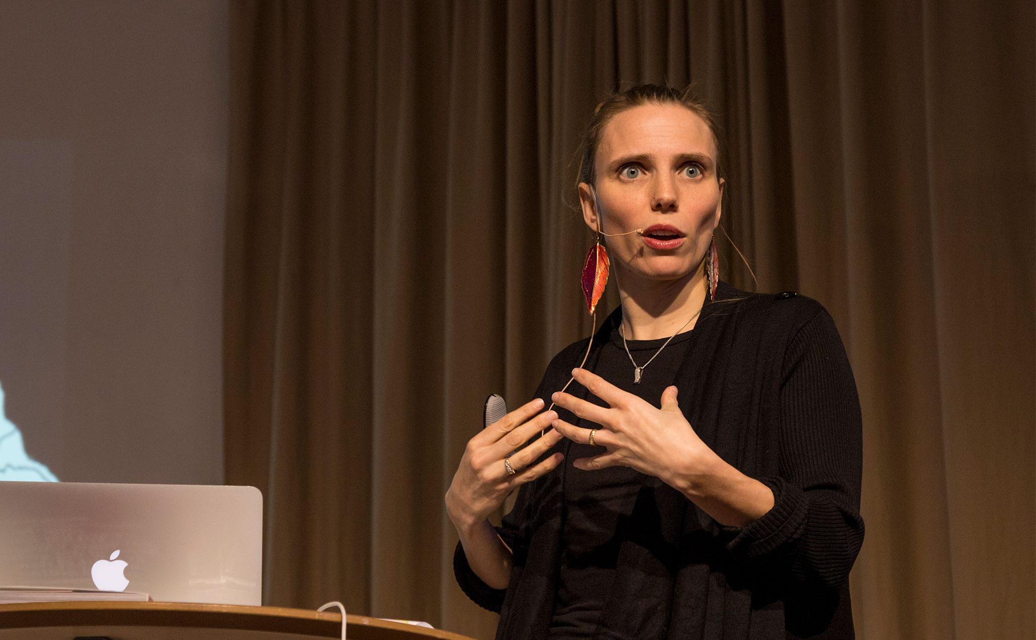 Anna Roxvall på scen på Kävesta folkhögskola