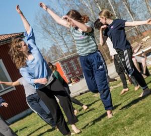 Danslinjens improvisation framför matsalen, ackompanjerade av en ensemble från Musiklinjen.