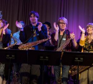 Musiklinjens Partyband spelade i aulan.