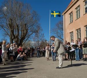 Musiklinjens kör sjöng traditionsenligt in våren framför stora skolhuset.