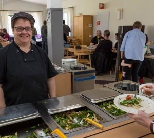 Ann serverade pastasallad i matsalen till hungriga gäster.