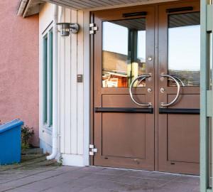 Matsalen har automatisk dörröppnare.