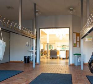 Innanför entrédörren finns ytterligare en dörr in till själva matsalen. I entrén till matsalen finns handikapp-WC.