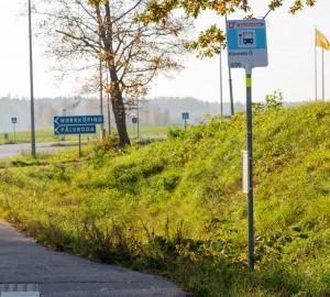 Busskylt med texten Kävesta Östra. En smal väggren leder vidare.