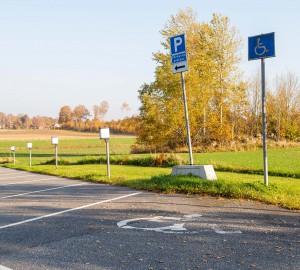 En parkeringsruta med handikappsymbol.