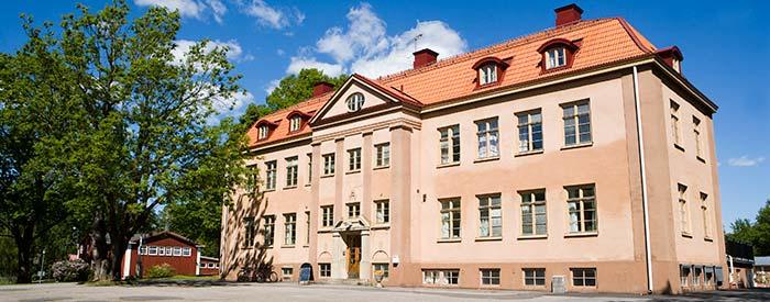 Stora skolhuset på Kävesta folkhögskola.