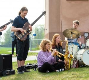 Musiklinjen och danslinjen gjorde gemensam sak under en improvisationsföreställning utomhus.