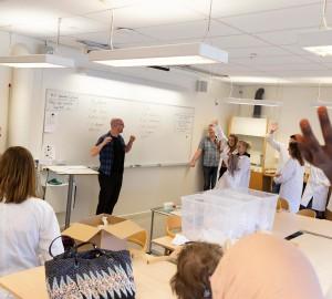Björn och deltagare på allmän kurs visade nyfikna besökare hur lätt det är att göra egen handkräm och deodorant.