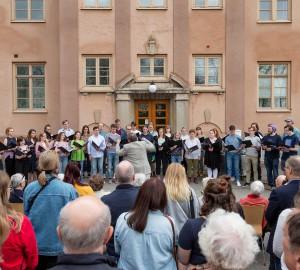 Musiklinjens kör sjöng in våren utanför stora skolhuset, inklusive en specialskriven sång som hyllade Kävesta!
