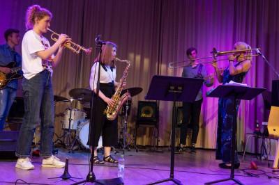 Deltagare på trumpet, saxofon och bas spelar tillsammans med Karin Hammar.