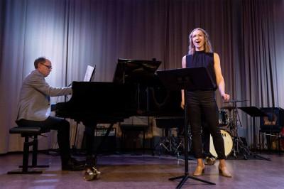 En pianist och en sångare på scen i Kävesta folkhögskolas aula.