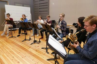 Sju blåsare övar i musiklinjens stora ensemblesal.