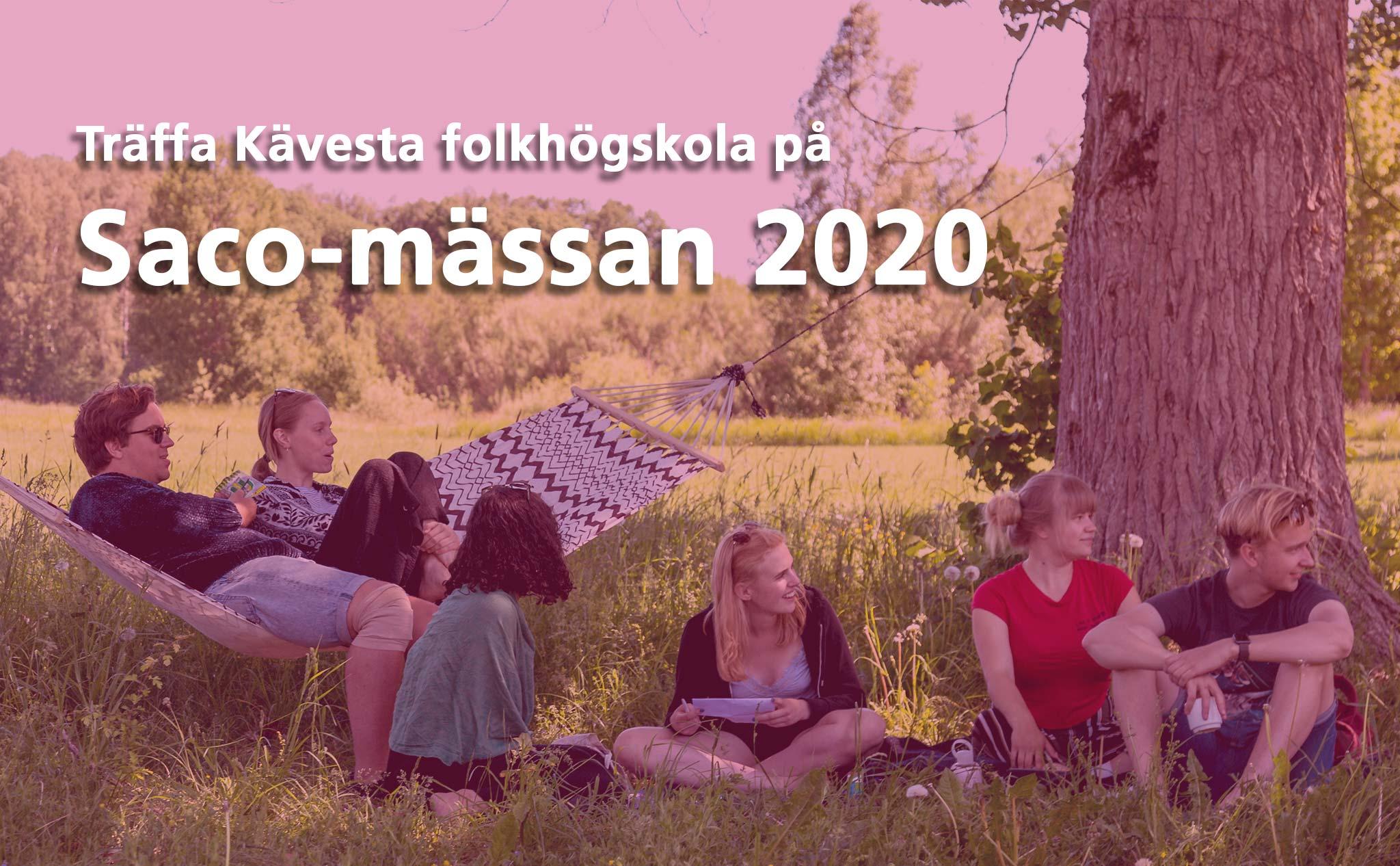En grupp elever sitter i gräset under ett stort träd. Text: Träffa Kävesta folkhögskola på Saco-mässan 2020