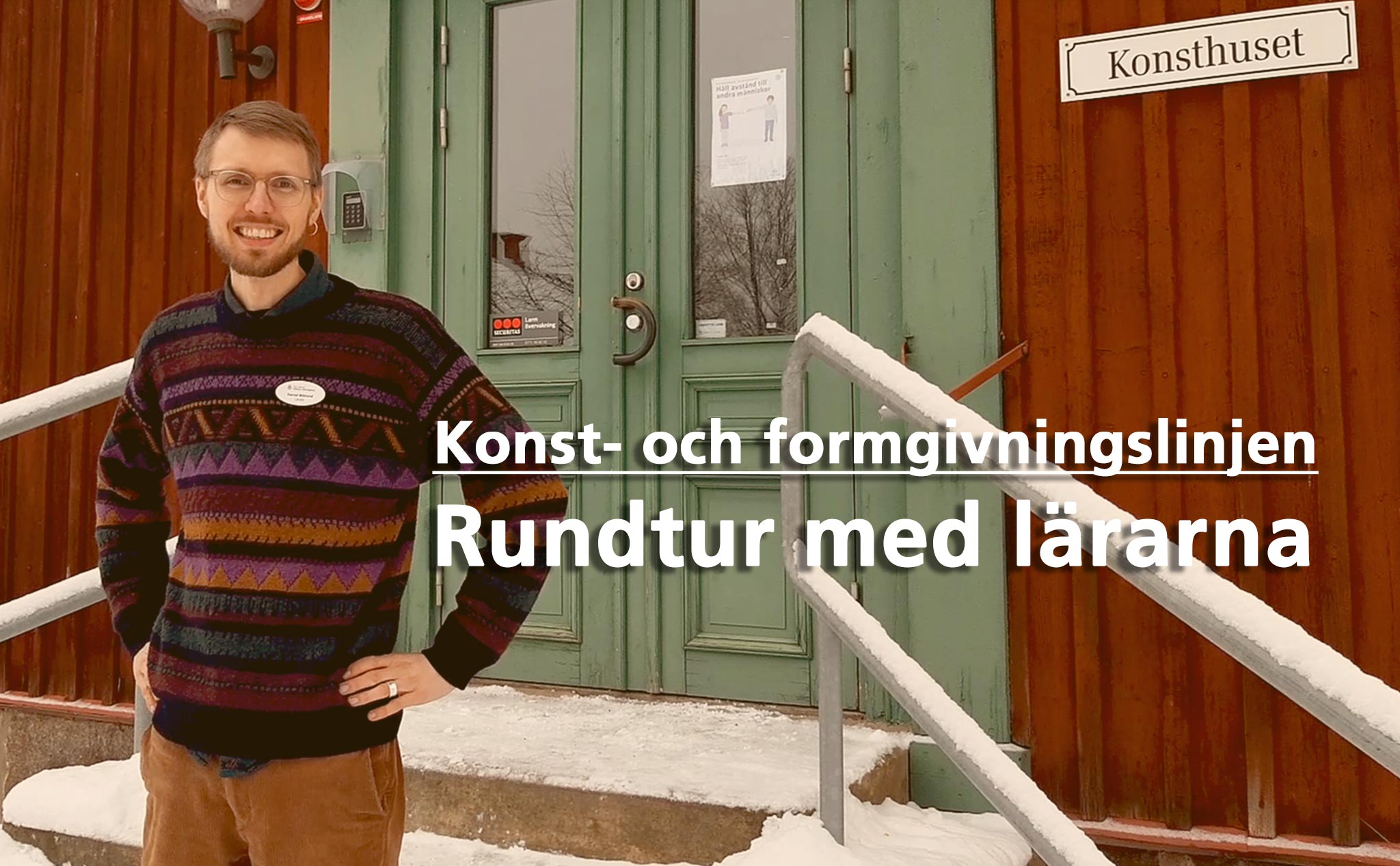 En person står utanför dörren till ett rött hus (Konsthuset). Text på bild: Konst- och formgivningslinjen. Rundtur med lärarna.